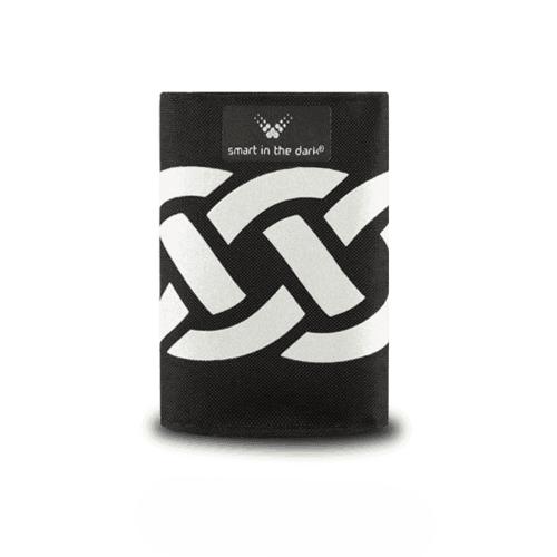 Snygg och smart accessoar i reflex att fästa på jackan, cykeln eller väskan. Svart med mönstret fläta.