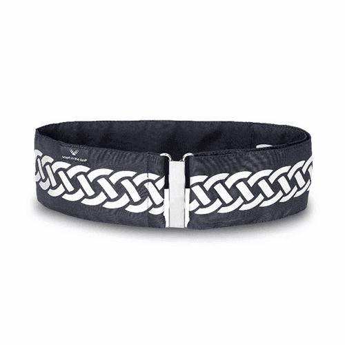 Modernt bälte med reflex i svart. Runt bältet löper en slinga i reflex av mönstret fläta.