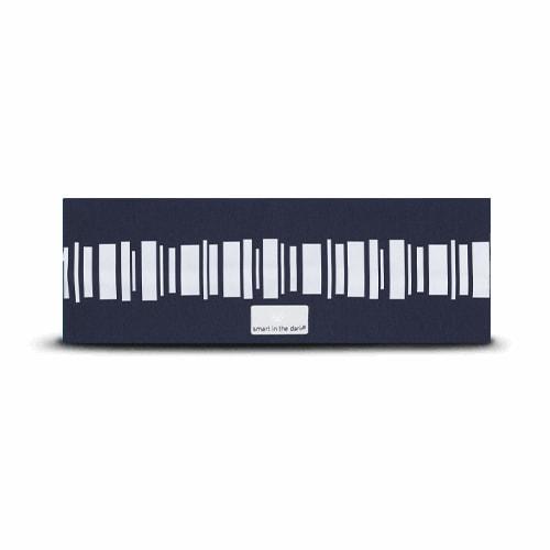 Mjukt pannband med reflex som får dig att synas. Marinblå botten med mönster i reflex likt norrsken.